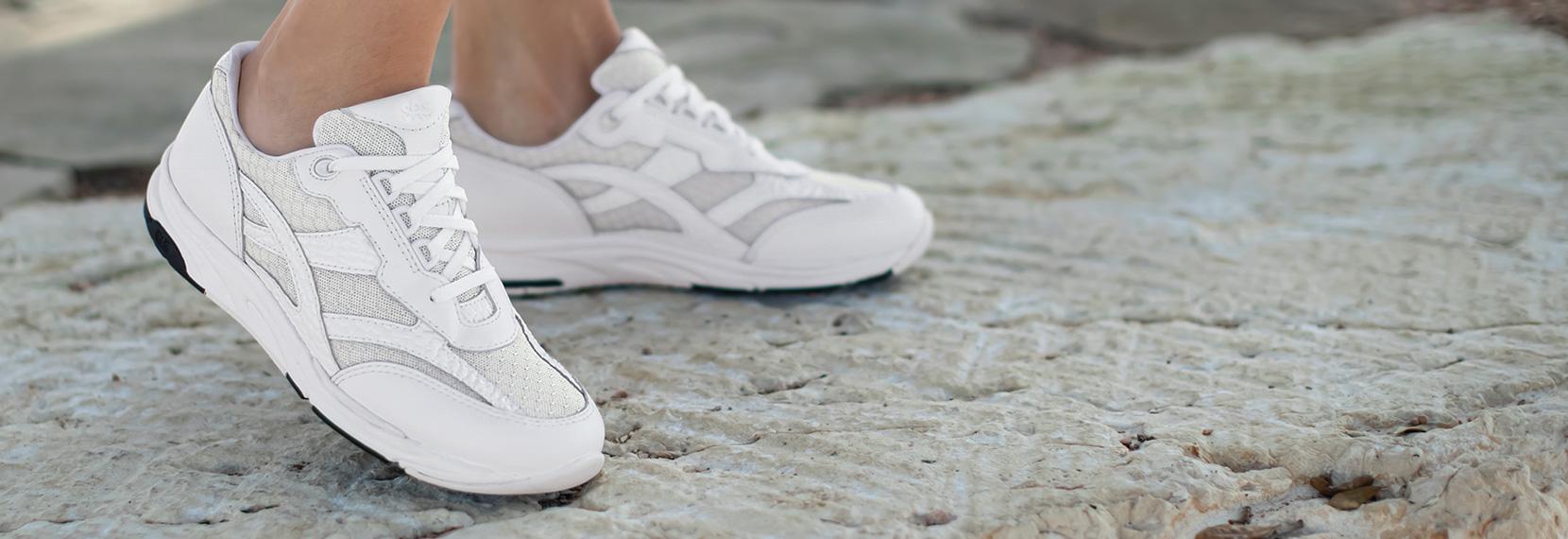 وقتی کفشهای شما کمی بو میگیرند  یا کثیف میشوند، بهتر است که آنها را در ماشین لباسشویی بیندازید